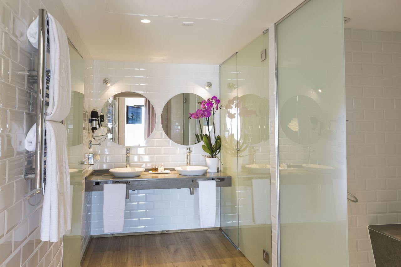 grand-palladium-white-island-bathroom2-iluminacion-elener